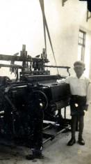Menino ao lado de máquina Buddemeyer