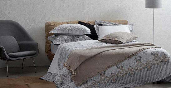 Cama ambientada com roupa de cama Buddemeyer Alberta