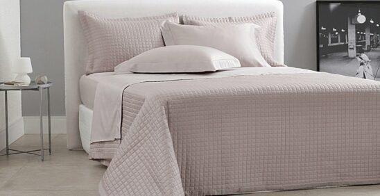 Como eliminar mau cheiro Cama ambientada com roupa de cama Buddemeyer