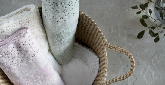 Quatro toalhas Buddemeyer posicionadas dentro de um cesto de palha
